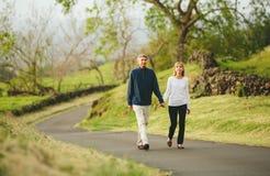 Marche de couples âgée par milieu affectueux heureux Photos libres de droits