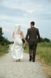 Marche de couples de mariage Photographie stock libre de droits