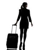 Marche de déplacement de femme d'affaires de vue arrière   silhouette photo stock