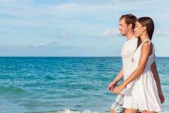 Marche de détente de couples de vacances sur la plage Photos stock