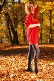 Marche de détente de fille de mode de femme en parc automnal, extérieur photos libres de droits