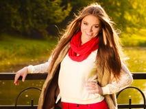 Marche de détente de fille de portrait en parc automnal Photo libre de droits