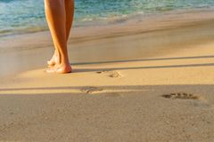 marche de détente de femme sur la plage de sable laissant des empreintes de pas dans le sable photos libres de droits