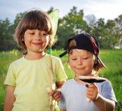 Marche de deux l'autre enfants rurale avec le champignon Photo libre de droits