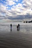 marche de famille de plage Images libres de droits
