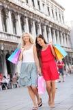 Marche de femmes d'achats heureuse avec des sacs, Venise Photo libre de droits