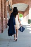 Marche de fille de diplômé de lycée Photo stock