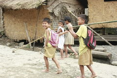 Marche de garçons de tribu de Mangyan Images stock