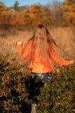 Marche de marche de jeune fille par le champ Images stock