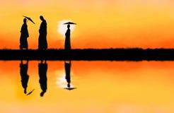Marche de moines bouddhistes image stock