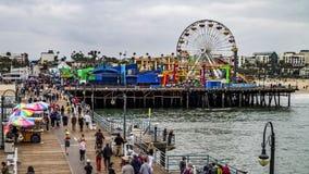 Marche de Santa Monica Pier-People banque de vidéos