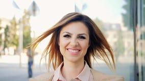 Marche de sourire de portrait sûr de femme en avant banque de vidéos