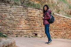 Marche de sourire de touristes de jeune femme sur la route en parc images libres de droits