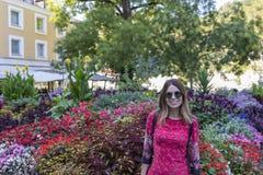 Marche de touristes de femme sur la rue, style de mode d'été, trave image stock