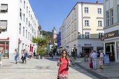 Marche de touristes de femme sur la rue, style de mode d'été, trave images stock