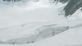Marche de touristes sur le glacier pr?s de la fente Vue au glacier de Mensu R?gion de montagne de Belukha Altai, Russie banque de vidéos
