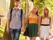 Marche de trois amies de personnes extérieure Image libre de droits
