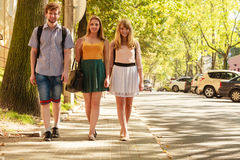 Marche de trois amies de personnes extérieure Images stock
