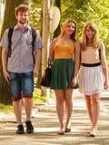 Marche de trois amies de personnes extérieure Photos stock