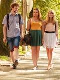 Marche de trois amies de personnes extérieure Image stock