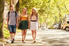 Marche de trois amies de personnes extérieure Photo stock