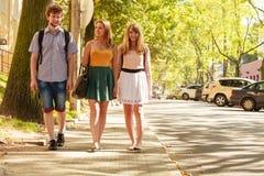 Marche de trois amies de personnes extérieure Photographie stock libre de droits