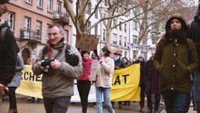 Marche derrama a demonstração do protesto do março de Le Clima na rua francesa video estoque
