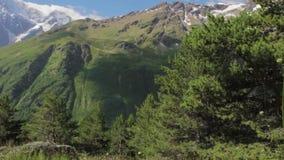 Marche des montagnes de la région d'Elbrus banque de vidéos