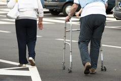 Marche des personnes âgées Photographie stock libre de droits