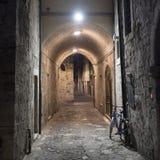 Marche di Ascoli Piceno, Italia, vicolo di notte Immagini Stock Libere da Diritti