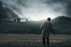 Marche effrayante d'homme de zombi extérieure photographie stock libre de droits
