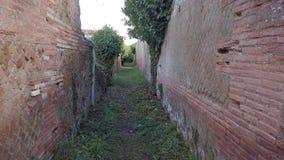 Marche en temps réel dans le passé, par des murs de ruines de route antique et d'empire romain banque de vidéos