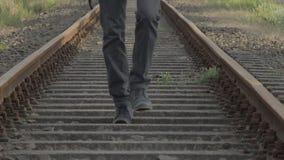 Marche entre des voies ferrées banque de vidéos