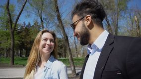 Marche et entretien d'amis en parc r photo libre de droits