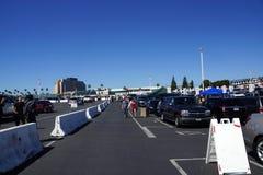 Marche et porte à rabattement arrière de personnes dans le parking avant le début de W Images libres de droits