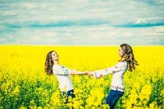 Marche extérieure de jolies filles dans le domaine dans des chemises de broderie Photo libre de droits