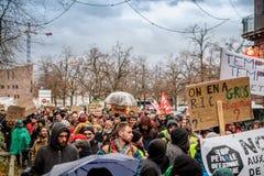 Marche giet Le Climat maart beschermt op Franse straatmensen met royalty-vrije stock foto