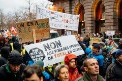 Marche giet Le Climat maart beschermt op Franse straatmensen met royalty-vrije stock foto's