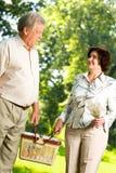 Marche heureuse aînée de couples Photos libres de droits
