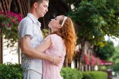 Marche heureuse de couples Images libres de droits