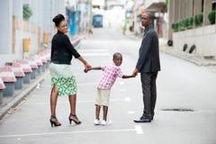Marche heureuse de famille images libres de droits