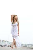 Marche heureuse de jeune femme aux pieds nus dehors Photo libre de droits