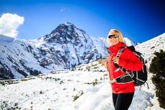 Marche heureuse de randonneur de femme en montagnes de l'Himalaya, Népal Photos libres de droits