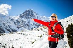 Marche heureuse de randonneur de femme en montagnes de l'Himalaya, Népal Images libres de droits