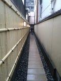 Marche le long d'un couloir très étroit image stock