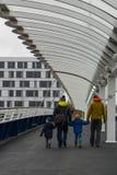 Marche le long d'un pont tenant des mains avec les enfants en bas âge photos libres de droits