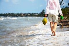 Marche le long de la plage image libre de droits