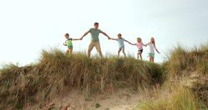 Marche le long du dessus de la dune de sable clips vidéos