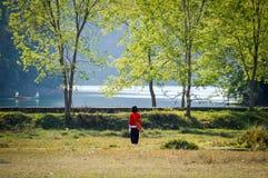 Marche le long du lac Image libre de droits