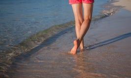Marche le long du littoral Photographie stock libre de droits